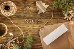 Surpresa de empacotamento na Noite de Natal Lugar pelo ano novo 2018 do texto A vista da parte superior Imagem de Stock Royalty Free