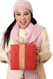 Surpresa deliciosa - fêmea que prende um grande presente do vermelho e do ouro Foto de Stock Royalty Free