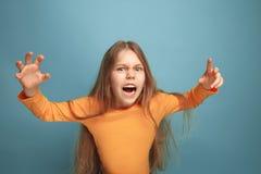 A surpresa Menina adolescente em um fundo azul Expressões faciais e conceito das emoções dos povos foto de stock royalty free