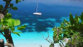 Surpresa navegando férias no mar mediterenean Natureza intacto remota do porto colorido, ilhas isolados em Grécia filme