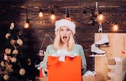 Surpresa Os desejos do Natal vêm verdadeiro se você acredita Presente do presente de Natal A mulher surpreendida emocional exulta imagens de stock