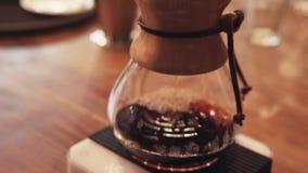 Surpresa perto acima da fabricação de cerveja alternativa do café forte Fazendo o café do sifão, o café do sifão é uma maneira no video estoque