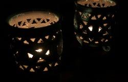 Surpresa perto acima de velas iluminadas em um castiçal azul bonito fotografia de stock