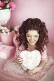 Surpri atual do retrato bonito da menina do jovem adolescente, romântico aberto Imagens de Stock Royalty Free