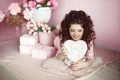 Surpri atual do retrato bonito da menina do jovem adolescente, romântico aberto Foto de Stock Royalty Free