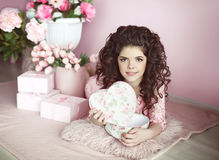 Surpri atual do retrato bonito da menina do jovem adolescente, romântico aberto Fotos de Stock Royalty Free