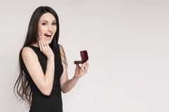 Surpriced kobiety mienia biżuterii pudełko Obrazy Royalty Free