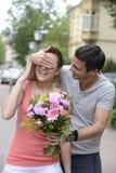 Surprise avec le bouquet des fleurs Photo stock