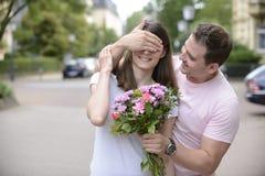 Surprise avec le bouquet des fleurs Photographie stock libre de droits