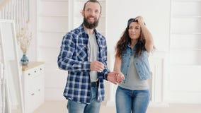 Surprise chère à la maison en mouvement de cadeau d'immobiliers clips vidéos