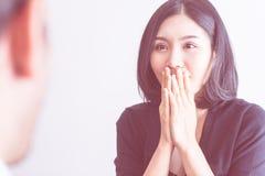 Surprise chinoise d'amie par visite d'ami Photo stock