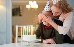 Surprise d'anniversaire pour le grand-père Images stock