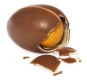 Surprise d'oeufs de chocolat Oeuf de cadeau cassé du côté, morceaux de chocolat écrasé Photos stock