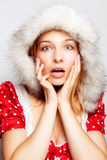 Surprise de l'hiver - jeune femme stupéfaite mignonne Image stock