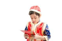 Surprise de petit garçon avec le présent pendant la nouvelle année chinoise photographie stock libre de droits