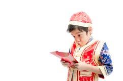 Surprise de petit garçon avec le présent pendant la nouvelle année chinoise photos stock