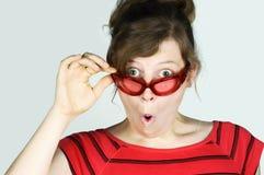 Surprise ! Jeune femme stupéfaite photos stock