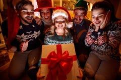 Surprise magique dans la boîte pour de jeunes amis Images libres de droits