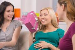 Surprise pour l'ami enceinte. Images libres de droits
