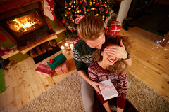 Surprise pour la fille pour Noël Photos stock