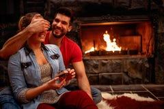 Surprise romantique - l'homme maintient ses yeux d'amie couverts tandis que Photographie stock libre de droits