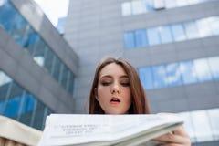 Surprised使吃惊的妇女意外消息惊奇 免版税库存图片