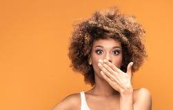 Surprised使美丽的非洲的妇女惊奇 免版税库存照片