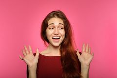 Surprised使震惊的女孩喘气的情感震惊 免版税库存照片