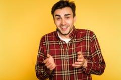 Surprised a amusé l'émotion de sourire d'homme sans voix photos libres de droits