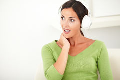 Surprised caucasian woman listening to music Royalty Free Stock Photos