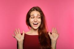 Surprised a effrayé l'émotion haletante sidérée de fille photo libre de droits
