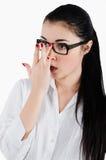 Surprised entsetzte Geschäftsfrau geraderichtet Gläser für Anblick Stockfotos