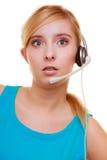 Surprised entsetzte Mädchen mit dem lokalisierten Kopfhörermikrofon Lizenzfreies Stockfoto