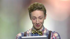 Surprised ha eccitato il ragazzo teenager con la compressa del pc stock footage