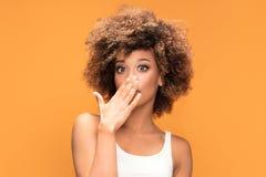 Surprised ha stupito la bella donna di afro Fotografia Stock