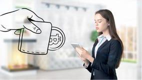 Surprised lächelnde junge Frau, die einen Anzug trägt und eine cryptocurrency Skizze auf einer flachen Wand des Designs betrachte Lizenzfreie Stockbilder
