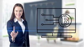 Surprised lächelnde junge Frau, die einen Anzug trägt und eine cryptocurrency Skizze auf einer flachen Wand des Designs betrachte Lizenzfreie Stockfotografie