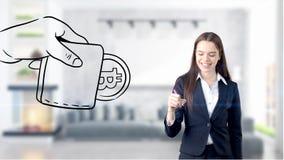 Surprised lächelnde junge Frau, die einen Anzug trägt und eine cryptocurrency Skizze auf einer flachen Wand des Designs betrachte Lizenzfreies Stockfoto