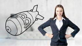 Surprised lächelnde junge Frau, die einen Anzug trägt und eine cryptocurrency Skizze auf einer flachen Wand des Designs betrachte Lizenzfreies Stockbild