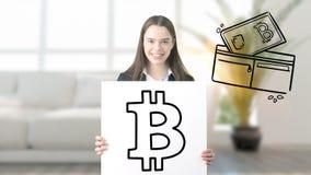 Surprised lächelnde junge Frau, die einen Anzug trägt und eine cryptocurrency Skizze auf einer flachen Wand des Designs betrachte stockfotografie
