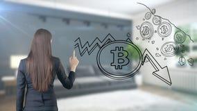 Surprised lächelnde junge Frau, die einen Anzug trägt und eine cryptocurrency Skizze auf einer flachen Wand des Designs betrachte Stockbild