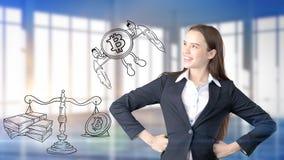Surprised lächelnde junge Frau, die einen Anzug trägt und eine cryptocurrency Skizze auf einer flachen Wand des Designs betrachte stockbilder