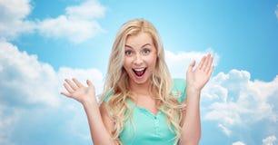 Surprised lächelnde junge Frau oder Jugendliche Stockbild