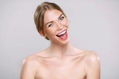 Surprised regte glückliche schreiende Frau auf. Nettes Mädchen mit funn Lizenzfreie Stockbilder