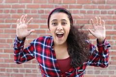 Surprised regte glückliche schreiende Frau auf Netter Mädchensieger entsetzt über dem Gewinnen mit lustigem frohem Gesichtsausdru Stockfotos