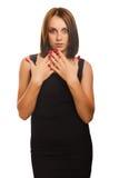 Surprised regte schöne Brunettefrauenwürfe auf Lizenzfreie Stockfotos