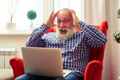 Surprised senior man with laptop Royalty Free Stock Photos