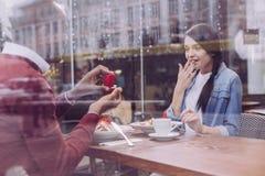 Surprised surpreendeu a mulher que concorda com a proposta foto de stock royalty free