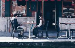 Surprised a vieilli des couples vérifiant la facture dans un restaurant - restaurant cher Bill - inspection du contrôle en Italie image libre de droits