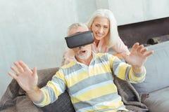 Surprised a vieilli l'homme portant des lunettes de VR Photos stock